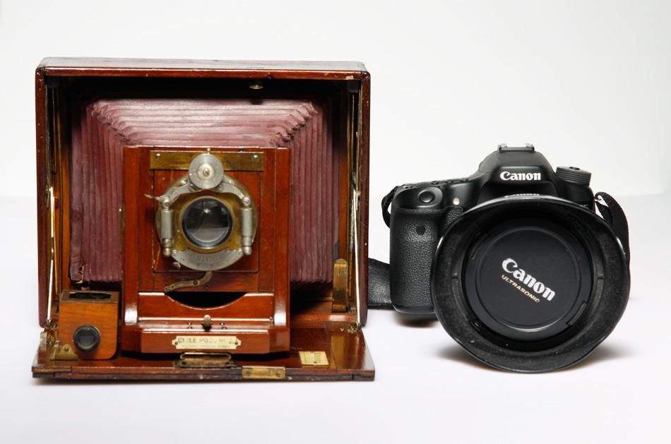 Jak widać nawet kamery o stosunkowo dużym formacie (13x18cm) nie muszą wcale być duże - prezentowana na zdjęciu po złożeniu nie zajmie więcej miejsca niż lustrzanka. Fot. Małgorzata Bardoń